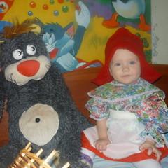 Виктория Кузнецова, 10 месяцев. Красная шапочка встретилась с волком. © Валерий Кузнецов