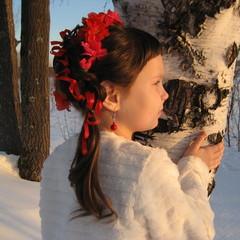 Коняева Ева 7лет МАОУ СОШ №20  Наша Ева хороша,  У неё длинная коса.  Мама утром заплетает,  Еву в школу отправляет.  С давних пор мы знаем все,  Что краса девиц в косе!  Нет причёски лучше- девичьей косы-  Ведь в России девушки очень хороши!!! © Коняева Ева 7лет