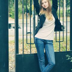 """Привет! Меня зовут Юлия, мне 19 лет. """"Была осенняя пора, но лето никуда не собиралось уходить! Только листья притворялись, что уже пора желтеть:))"""" © Алена Смолина"""