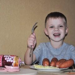"""Колбаска """"Калинка"""" волшебная просто,   Она исчезает с тарелки в момент!  Вот вроде бы есть.... а потом РАЗ! и нет!  С пюре и в салате, на хлеб, в бутерброде,   Готов я """"Калинку"""" вкуснейшую есть!  Скажу маме с папой:""""Вы много берете?"""",    А то я за раз могу много съесть!!! © Данилка Ставров"""