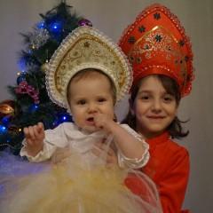 7 лет  Мы с сестренкой барыни  Барыни-сударыни  Веселимся от души,  Пой, пляши и хохочи !!! © Полина Джаббарова