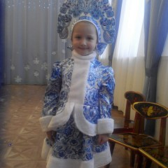 """Меня Зовут Злата Вольченко, мне 4 годика, на прошлый Новый Год я выступала Снегурочкой, помощницей Деда Мороза. Вот 16 декабря выйдет журнал """"Peppa"""" с моей фотографией в этом нарядном костюме. © Злата  Вольченко"""