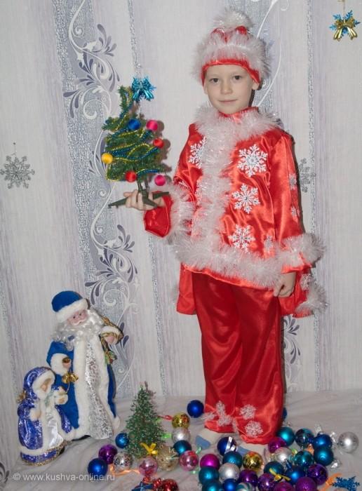 Тетерин Егор (6 лет).  Идёт Морозик маленький  На встречу с Новым годом,  И обязательно придёт  И счастье людям принесет.  (Костюм сшит своими руками) © Lessi