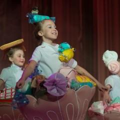 Суханова Ксюша, 9 лет.  Сшила мама мне наряд,  Быть конфеткой каждый рад.  В вазе полная гора   Налетайте детвора!!! © Суханова Ксюша, 9 лет