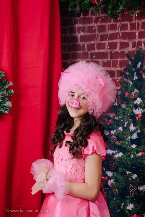 У маленькой розовой свинки  Атласная нежная спинка,  Породистый пятачок,  Задиристый хвостик-крючок  И звонкие чудо-копытца.  Ну, как мне в неё не влюбиться? –  Ведь солнышко светит сквозь уши  У ласковой розовой хрюши! ©