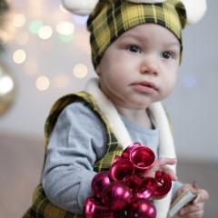 Я весёлый поросёнок,  Хоть и маленький ещё.  Новый год я очень жду,  Дед Мороза я люблю! © Перунов Ярослав 1год