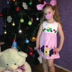 Лиза Токарева 5 лет   Свинка - модница  Любит наряжаться и фотографироваться 😉 © Наталья