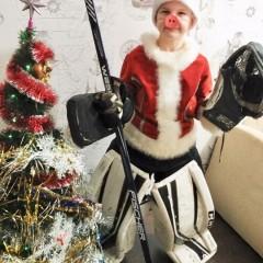 Я - спортивный Пятачок,  На моей голове есть колпачок!  Шайбы лихо отбиваю,  С Новым годом поздравляю! © Юлия
